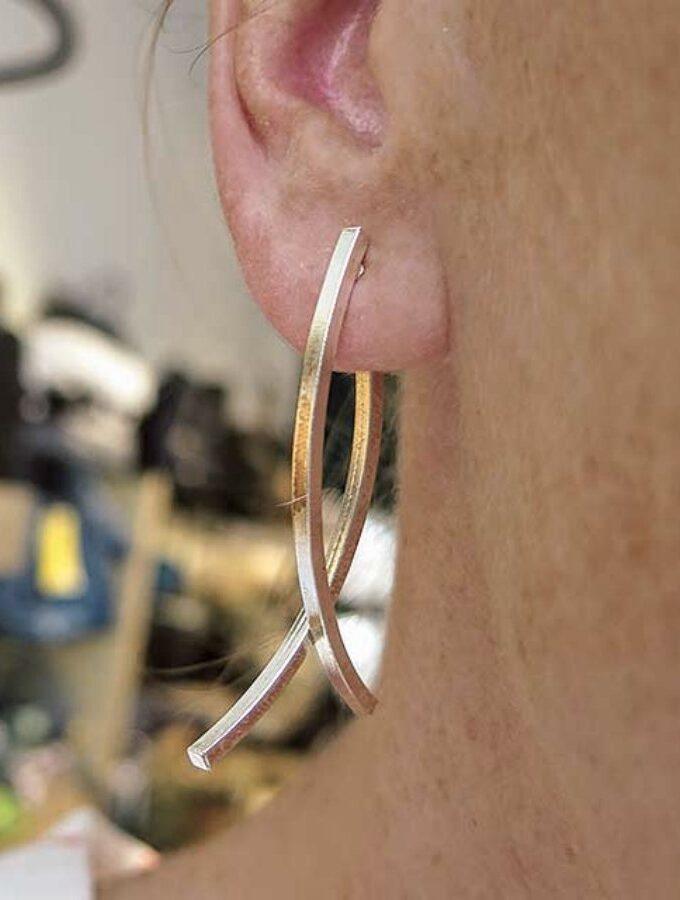 Zilveren oorsteker met een staaf aan beide kanten
