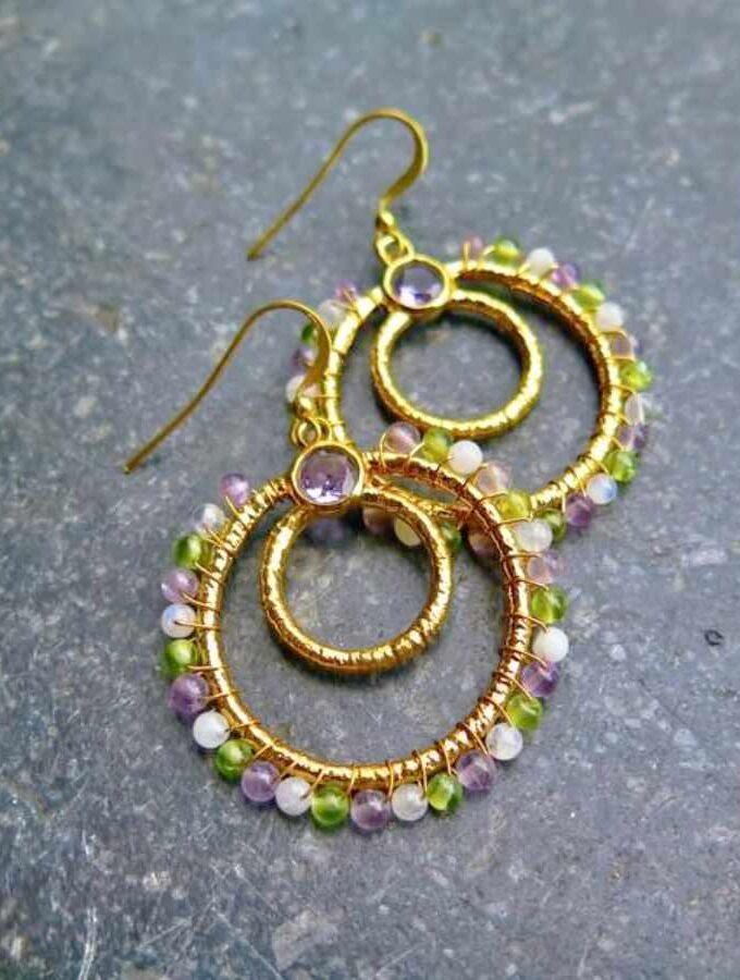 Gouden oorringen paarse stenen