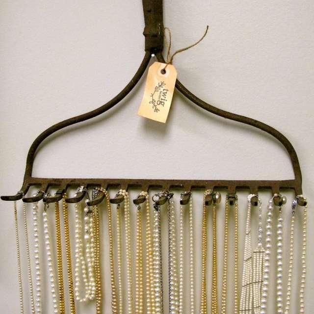 sieraden ophangen aan hark