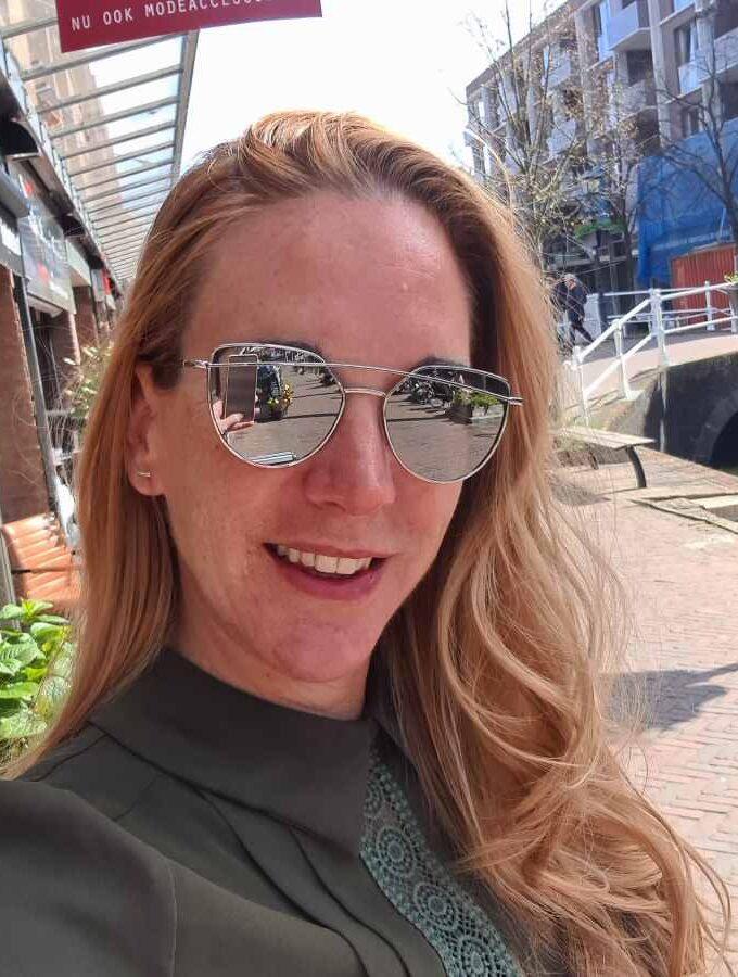Modische zonnebril met opvallende beugel