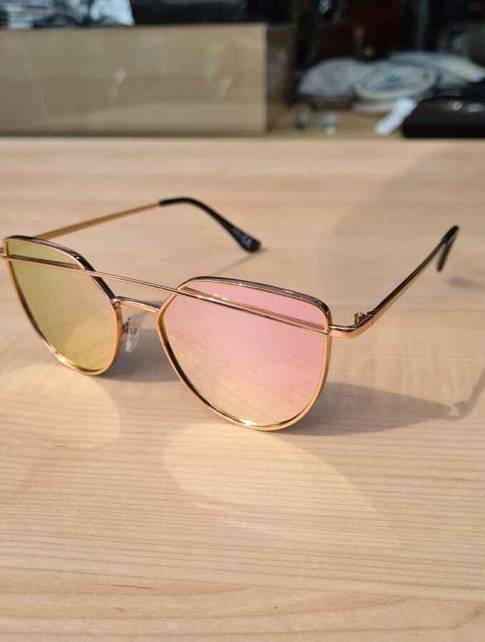 Trendy zonnebril met roze glazen