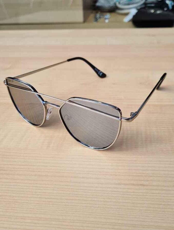 zonnebril met beugel grijs zijkant