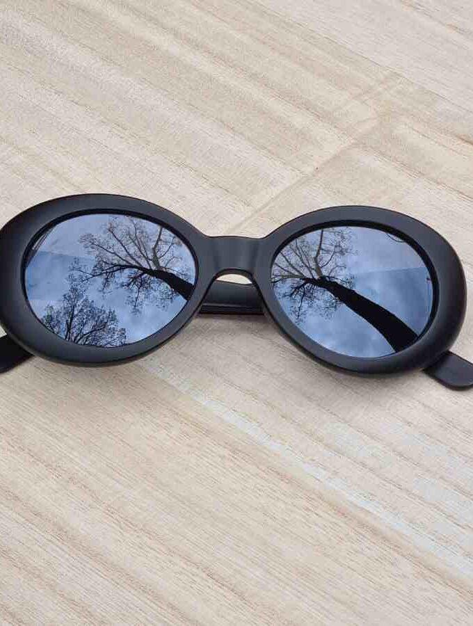 zwarte ovale zonnebril
