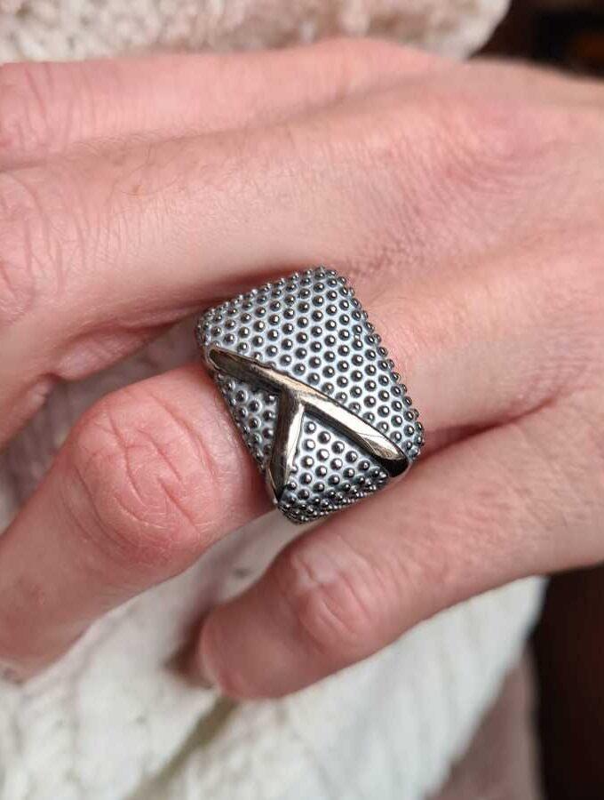 Elastieke ring vierkant met dopjes in grijs