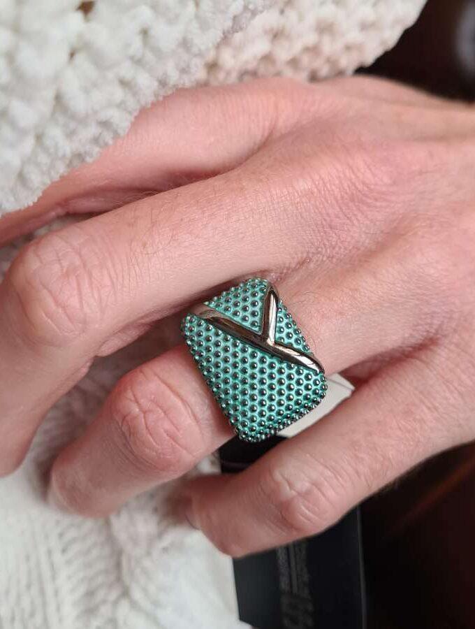 Elastieke ring vierkant met dopjes in groen