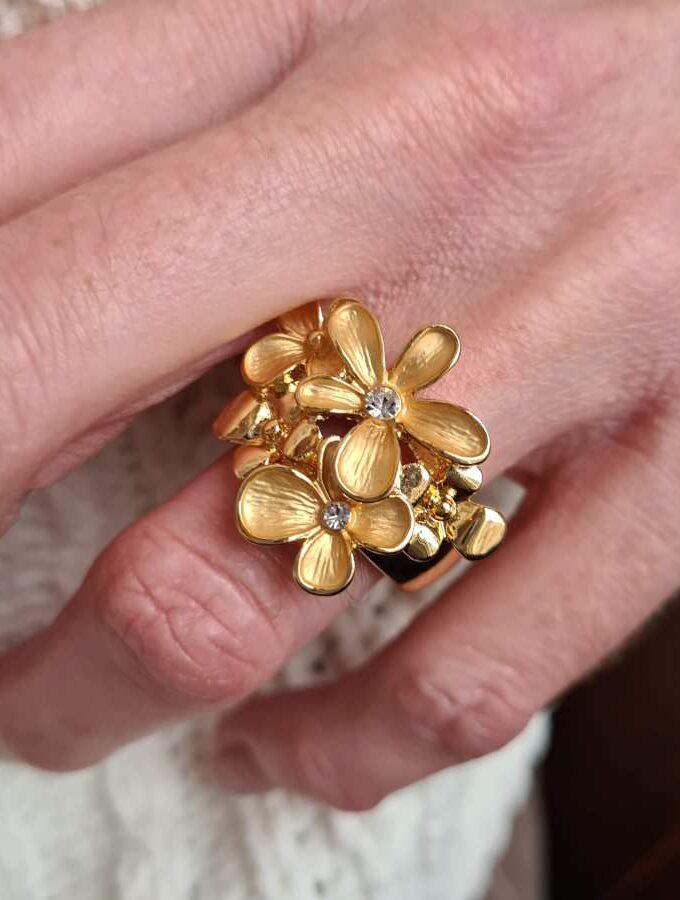 Ring van elastiek met bloemen in goudkleur