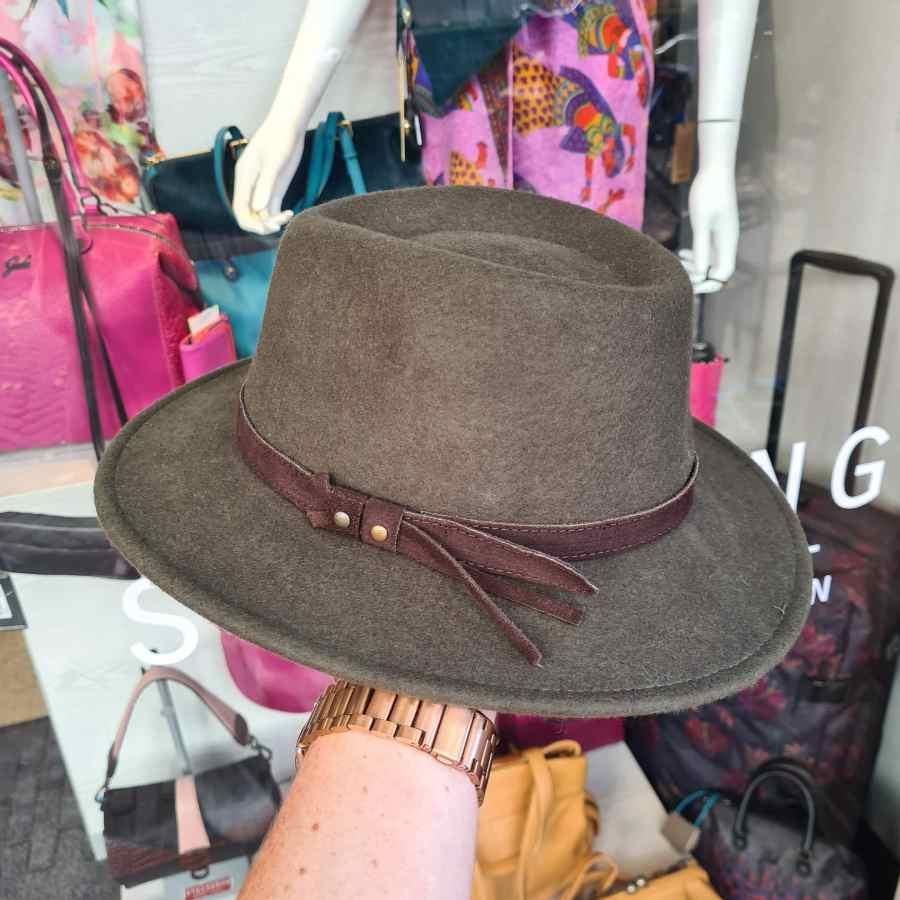 Groene hoed wol leren riem