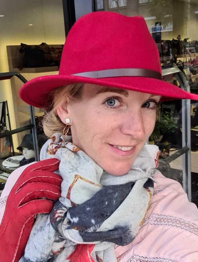 Rode wollen hoed met riempje bruin