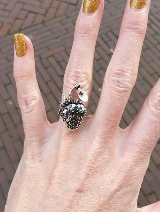 Ring met zilverkleurige aardbei vinger