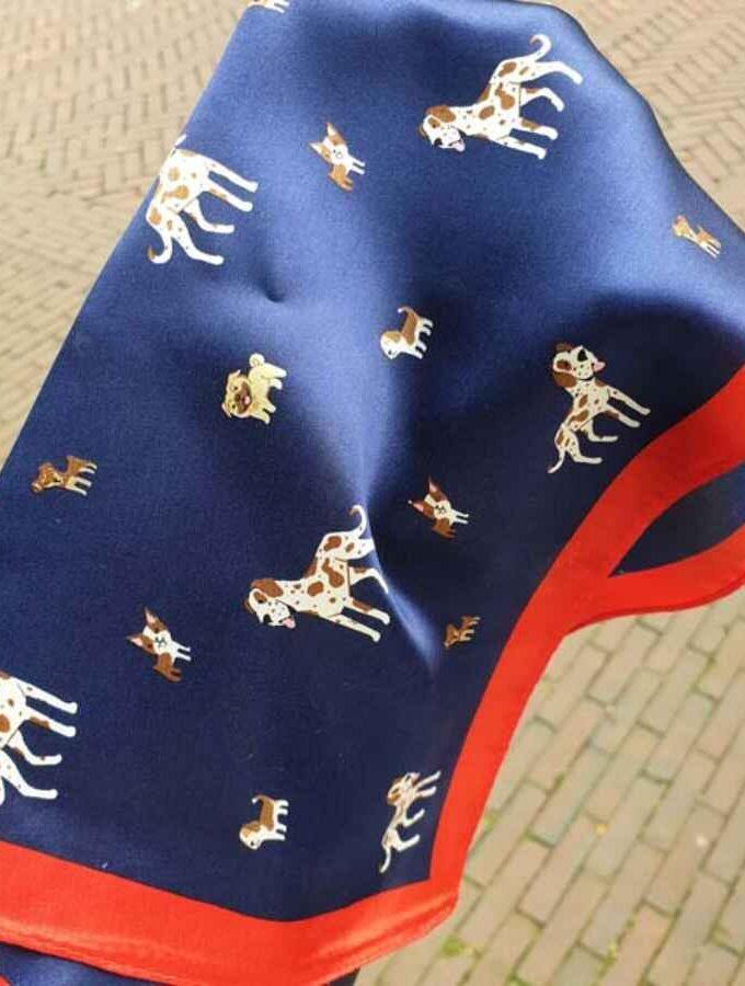 Zijden sjaal met kleine hondjes in blauw