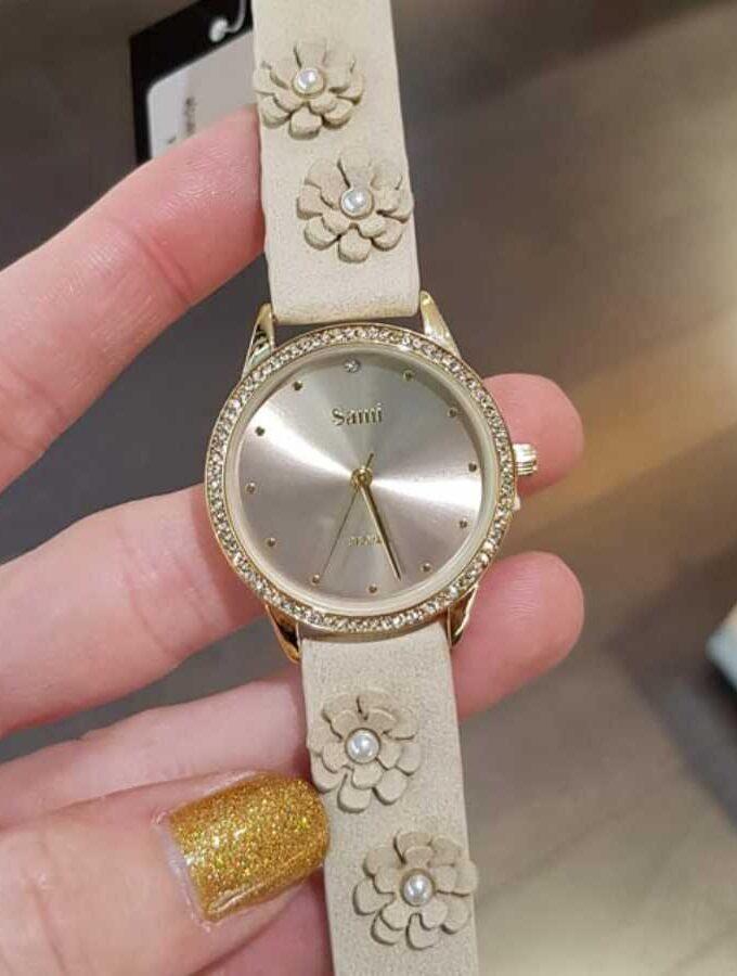 Horloge bloemen en parels op de band in beige
