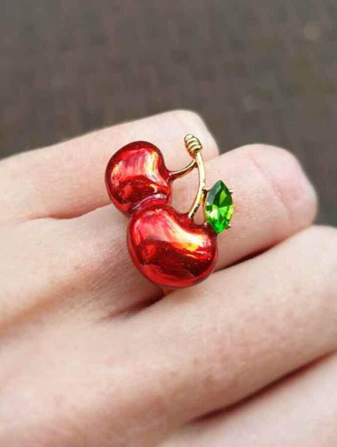 Ring met rode kersen