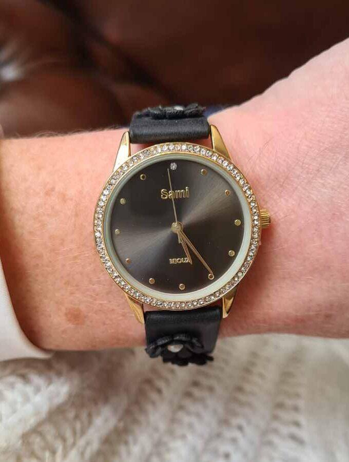 Horloge bloemen en parels op de band in zwart