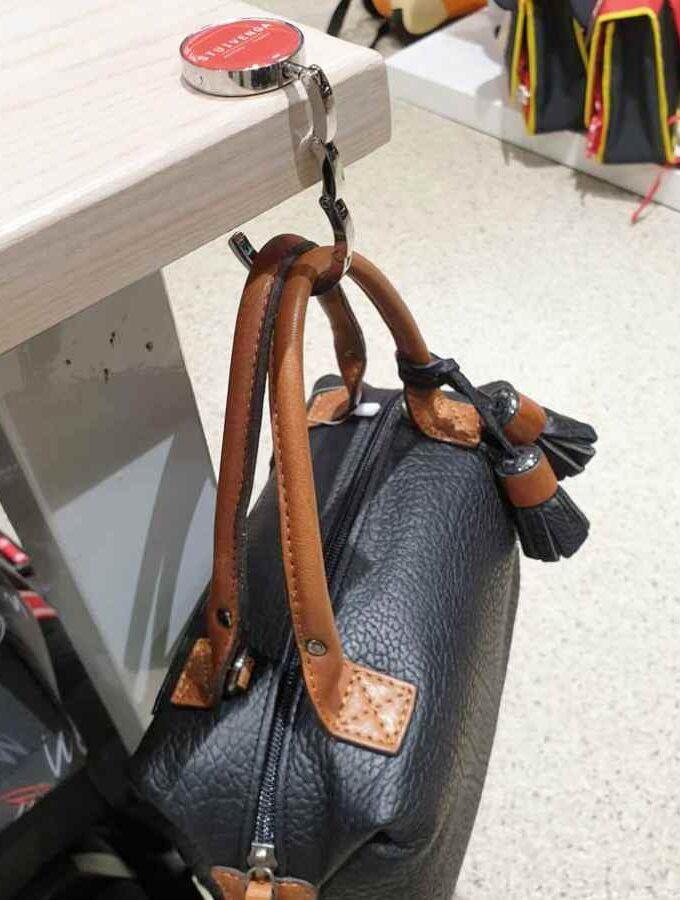 tassenhanger voor tas aan tafel