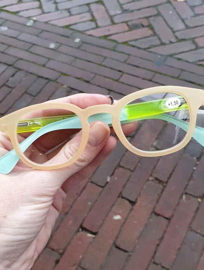 Leesbril neon hoesje en mat montuur geel
