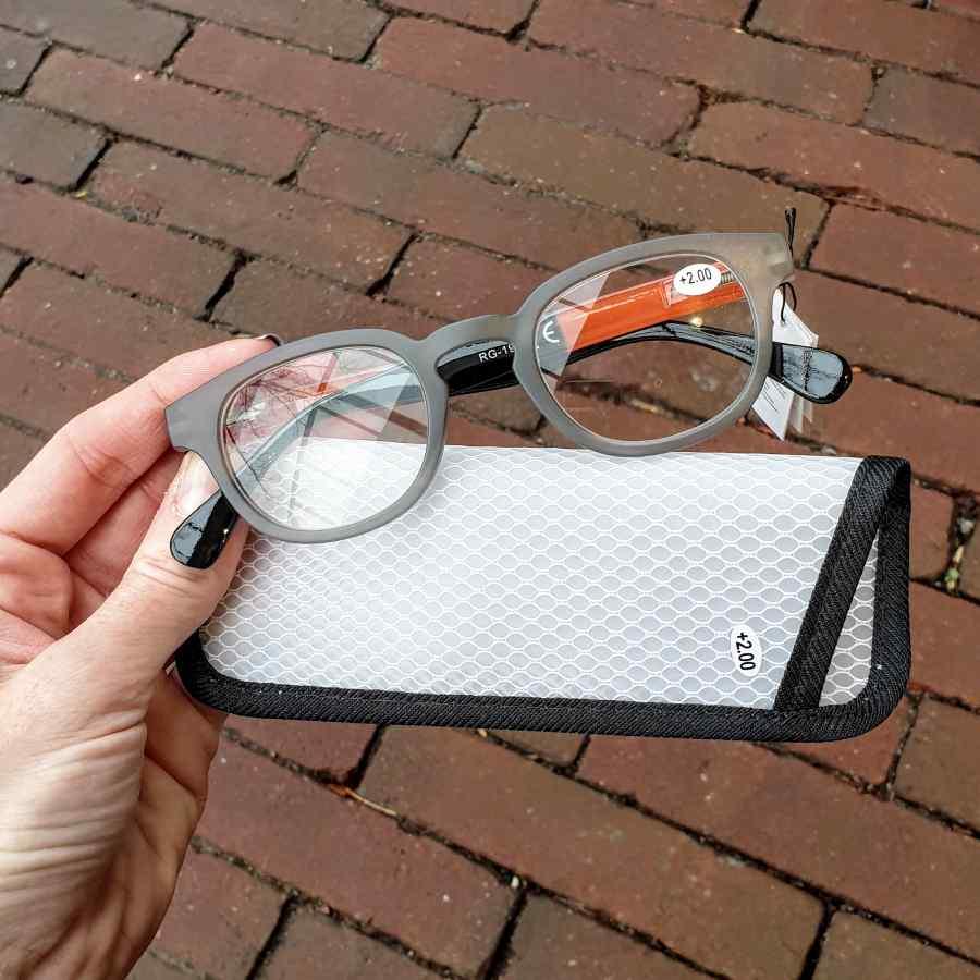 Leesbril neon hoesje en mat montuur grijs