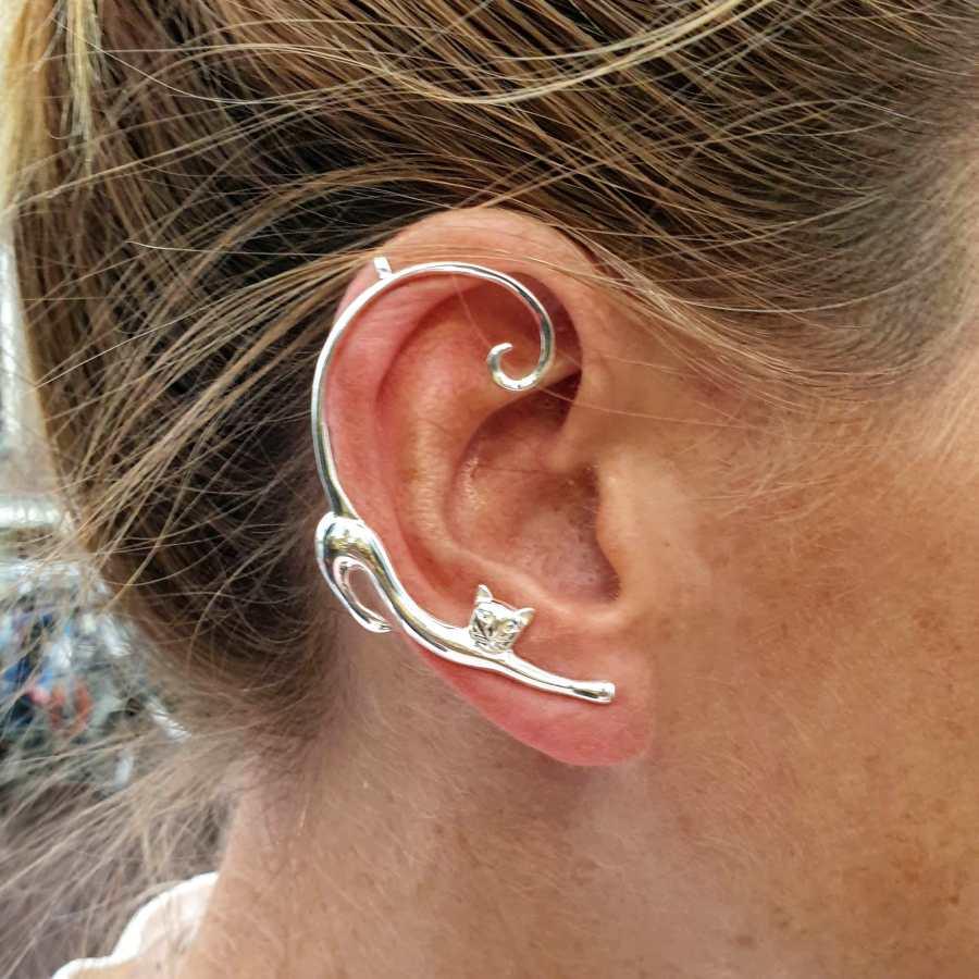 Zilveren earcuff kat met staart langs je oor