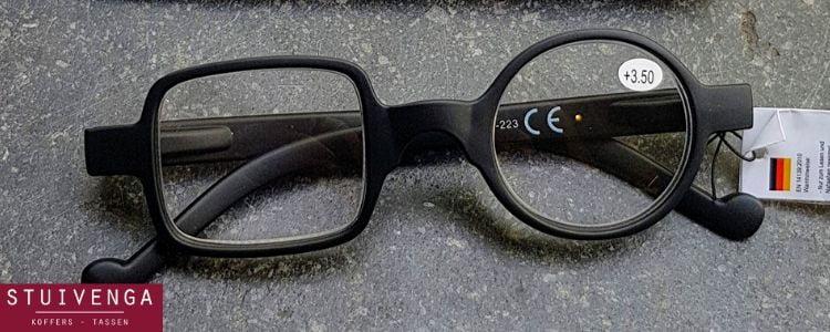 Zwarte leesbril vriekant rond glas
