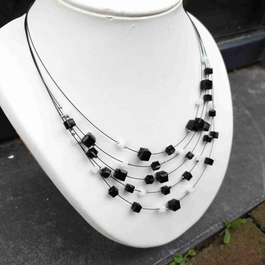 Ketting kleine blokjes in zwart met wit aan staaldraad