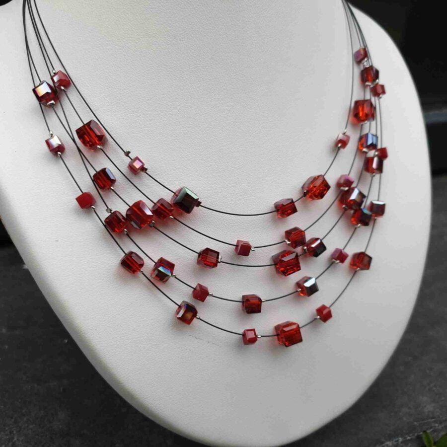 Mooie ketting van staaldraad met kleine blokjes in rood