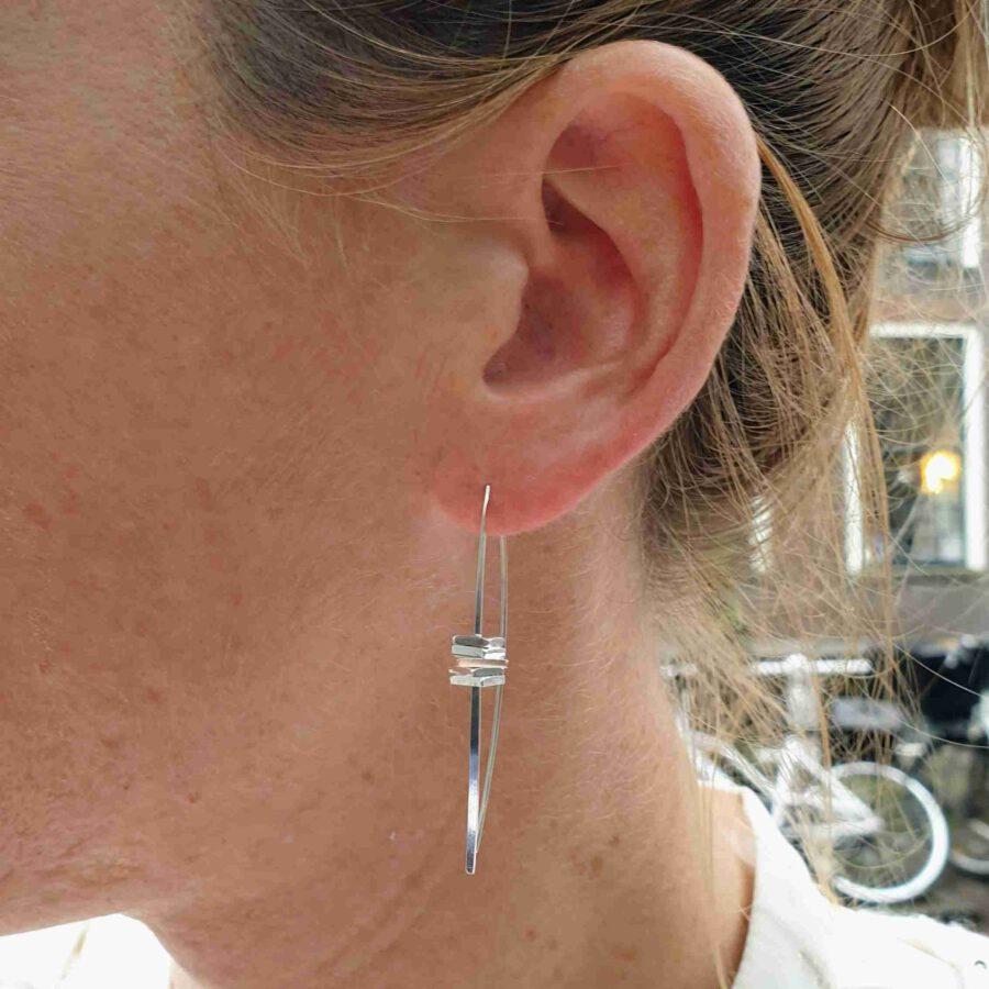 Zilveren oorhanger straafje met blokjes
