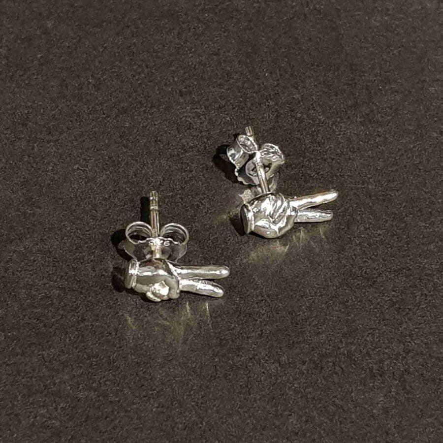 Zilveren oorsteker hand met twee vingers omhoog