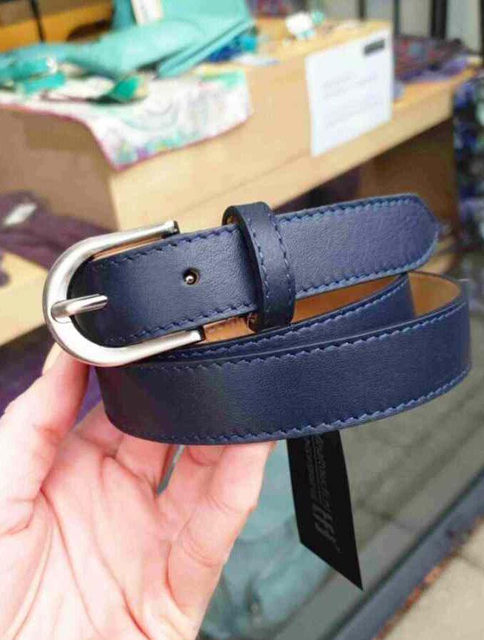 Donkerblauw leren riem met zilverkleurige gesp