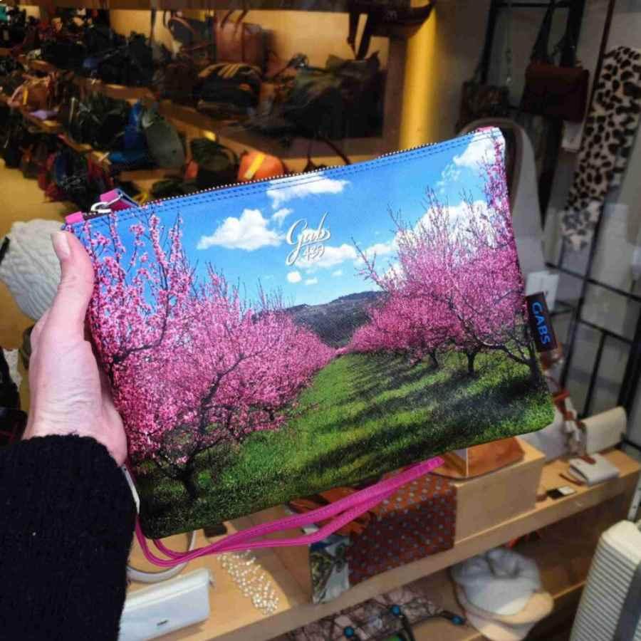 gabs beyonce print trip blauwe lucht roze bomen