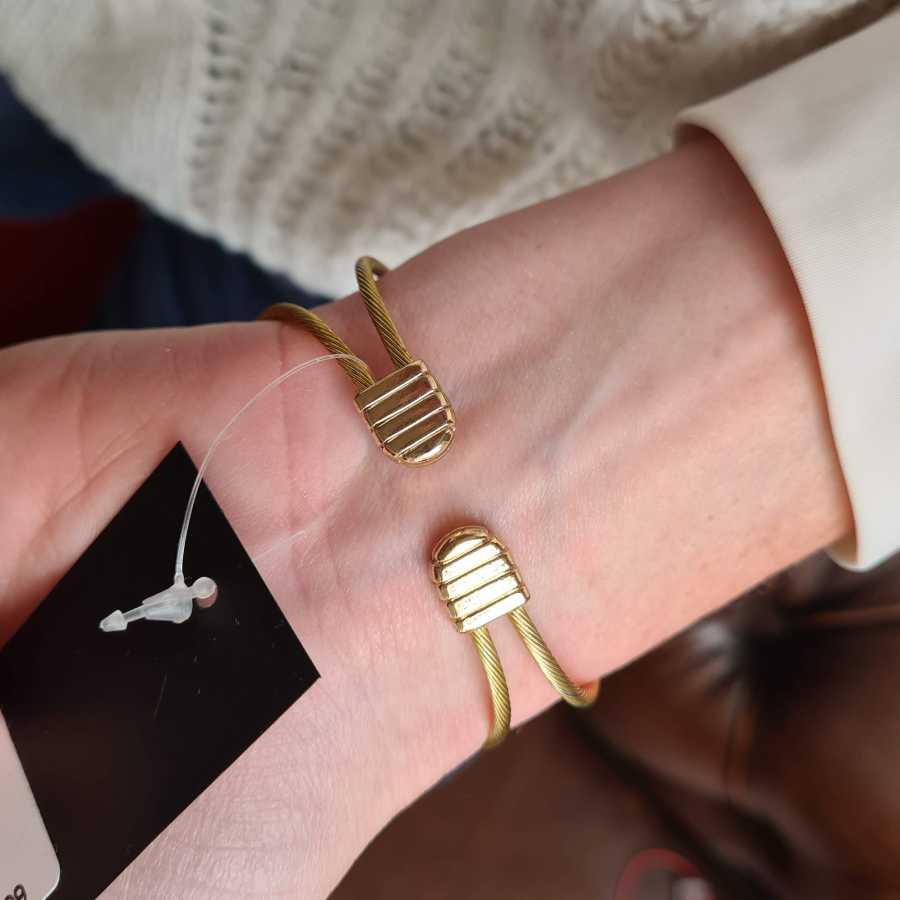 Horloge met band van staaldraad in goudkleur
