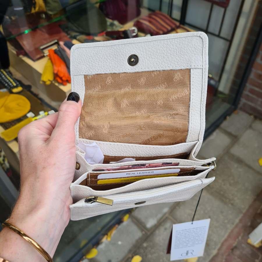 Clutch licht beige vierkant met drukker en handige vakken