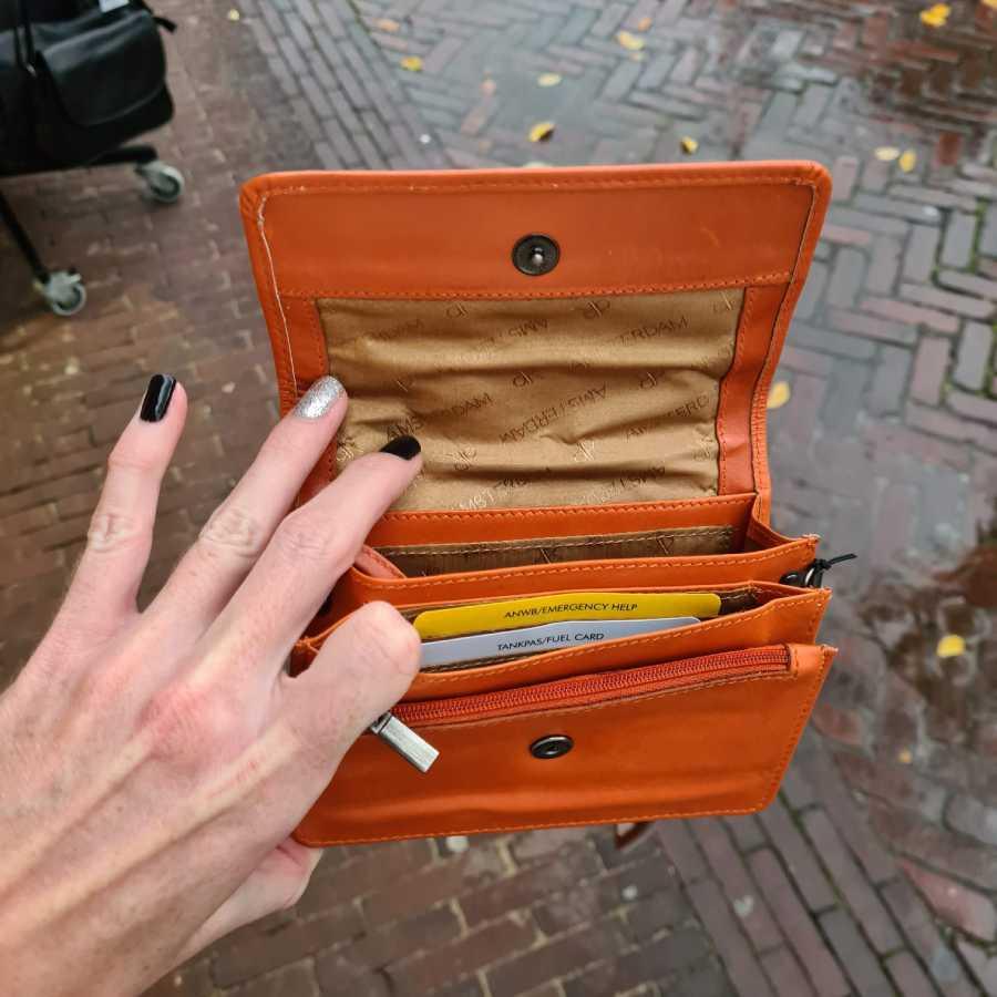 Klein vierkant tasje met veel vakjes in oranje