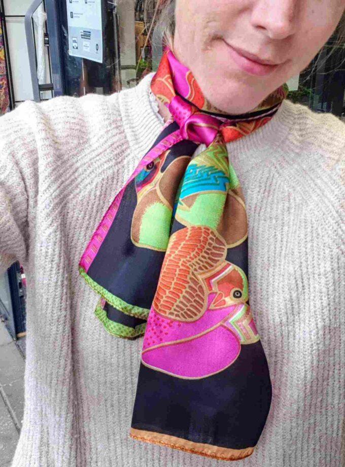 Smalle zijden sjaal met gekleurde papagaai