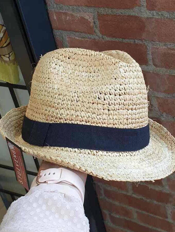 Stoer hoedje van stro met zwarte rand