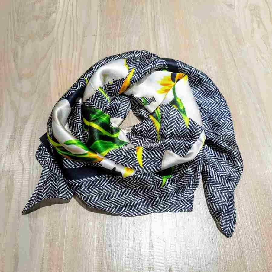 Zijden sjaal vierkant zwart wit met bloemen