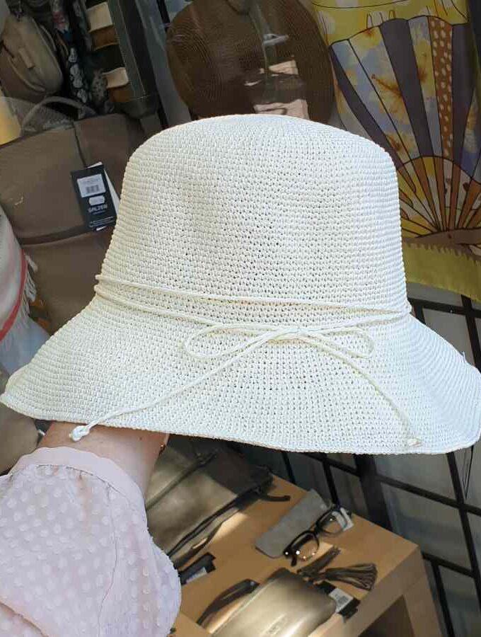 licht beige hoedje