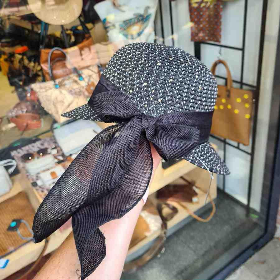 Hoedje met pailletten en strik in zwart