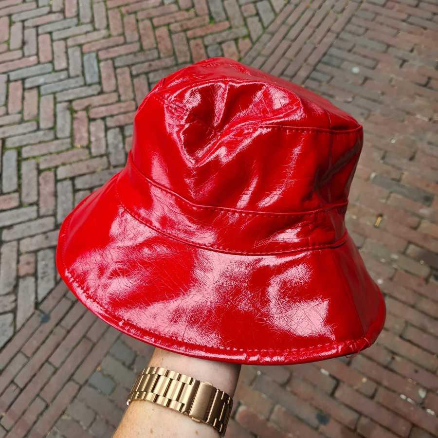 Rood lak hoedje regen