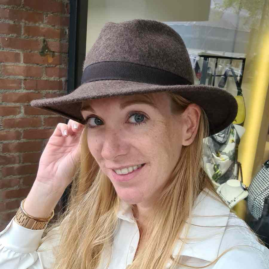 Bruine hoed van wol met stoffen rand (1)