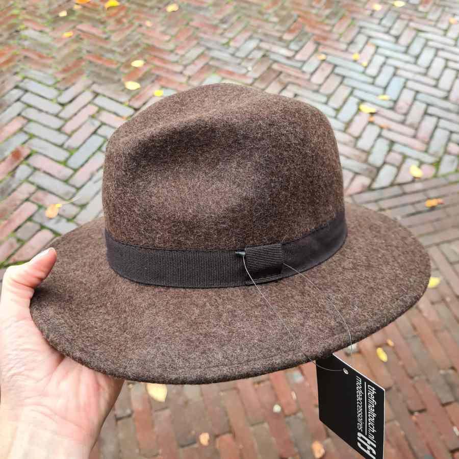 Bruine hoed van wol met stoffen rand