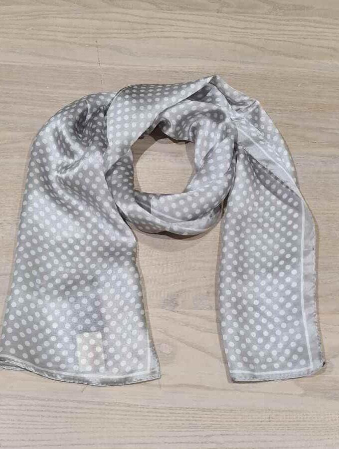Smalle zijden sjaal grijs met witte stippen