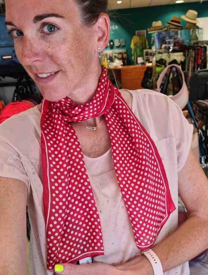 Smalle zijden sjaal rood met witte stippen