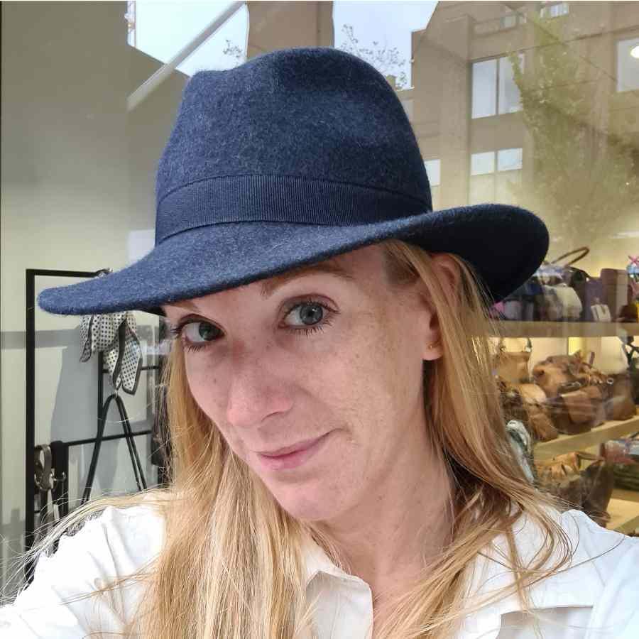 Wollen hoed blauw met stoffen rand