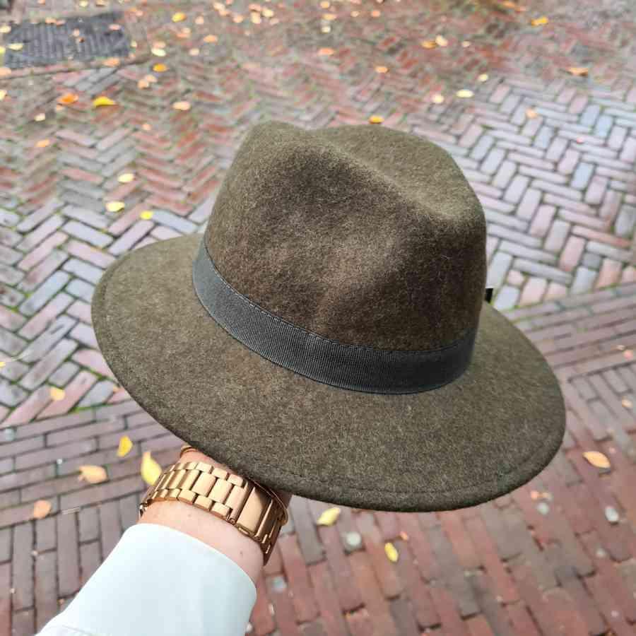 Wollen hoed in donkergroen