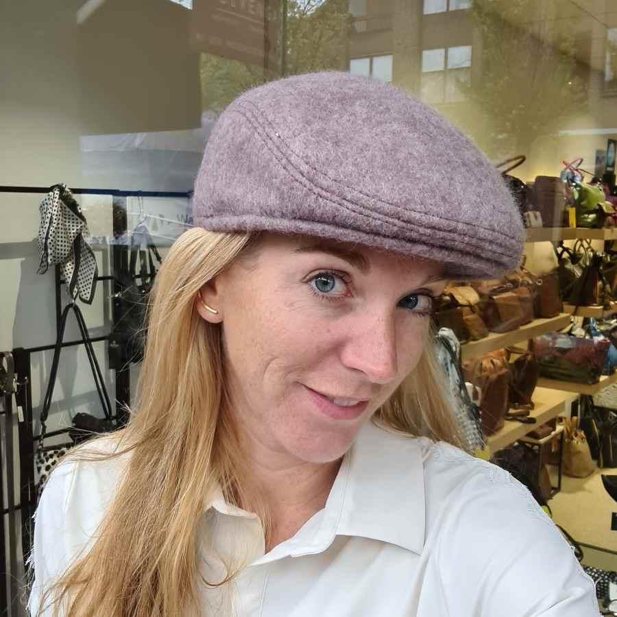 Wollen hoed met oorwarmers in rozebruin