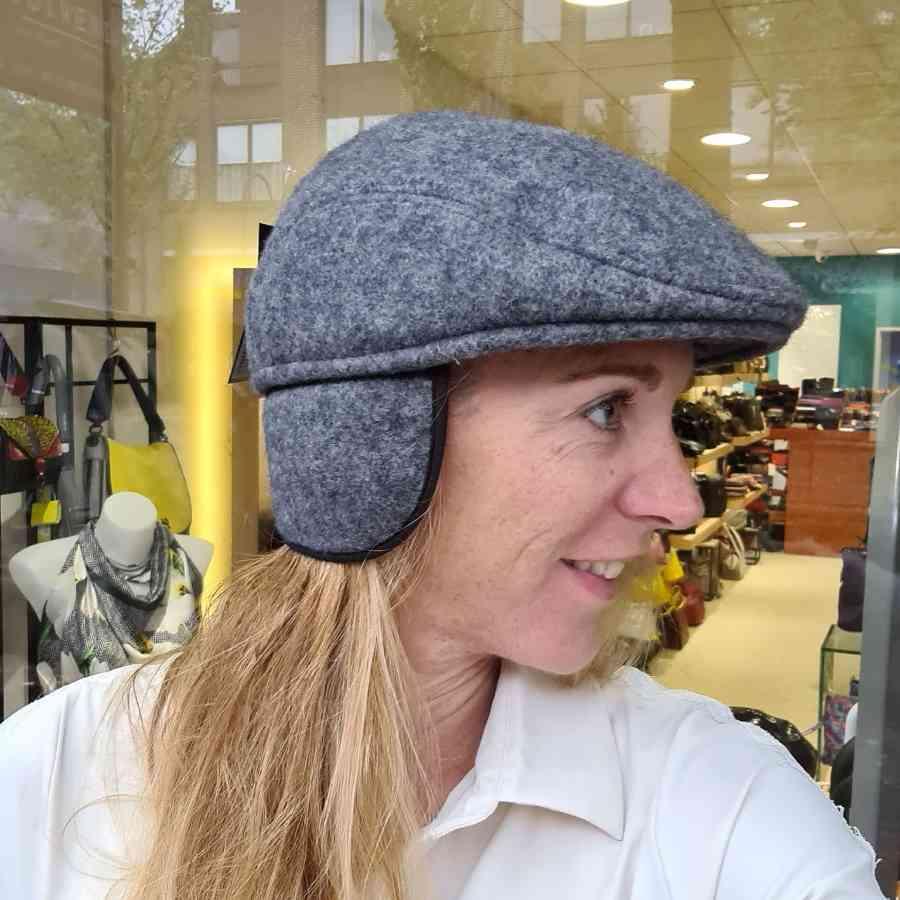 Wollen hoedje met oorwarmers in grijsblauw