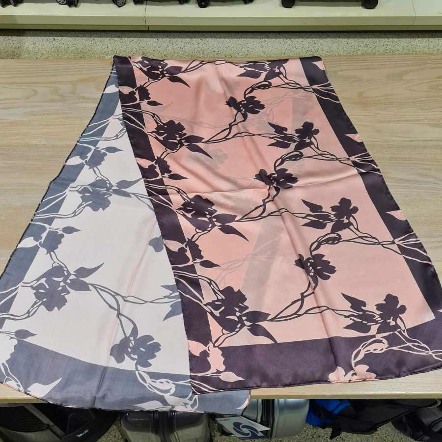 Zijden sjaal roze met taupe bloemen (3)