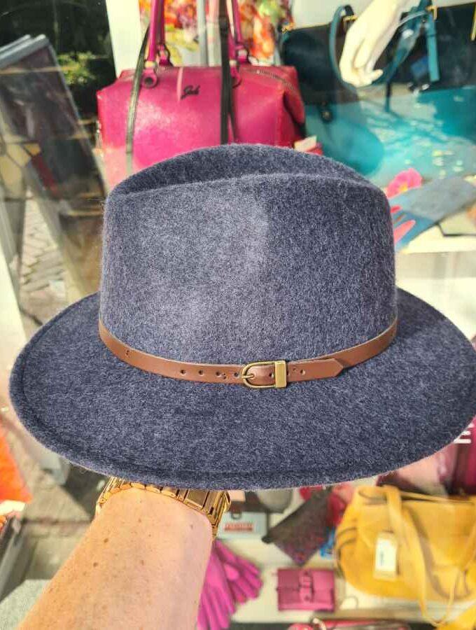 Blauwe wollen hoed met bruin riempje