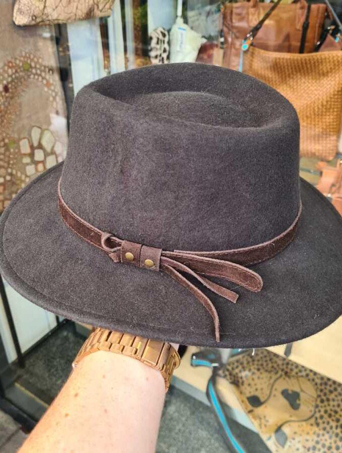 Bruine hoed wol met riempje