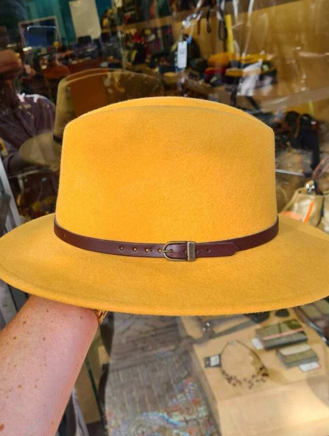 Gele hoed wol met bruin riempje