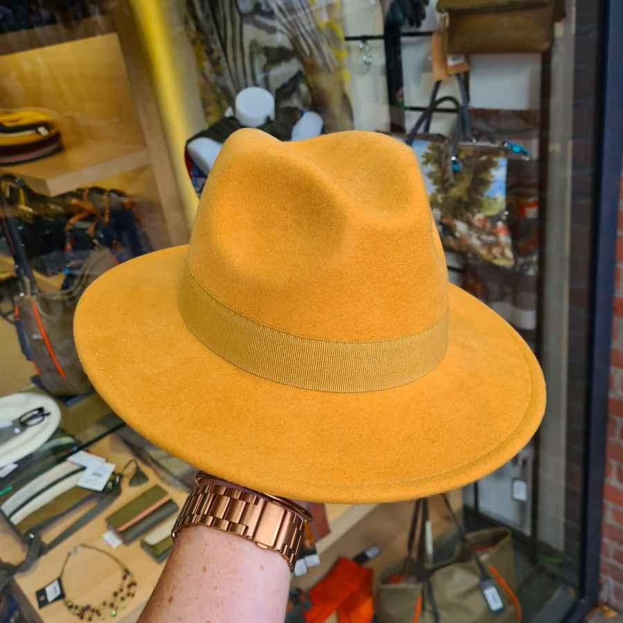 Gele wollen hoed oprolbaar waterproof